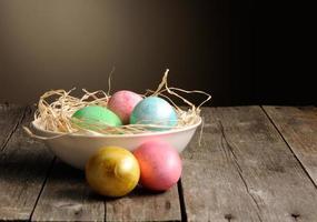 uova di Pasqua colorate nel nido foto