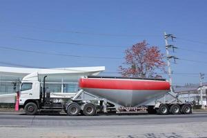 camion carico di serbatoio di cemento foto