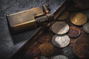 monete antiche e accendino foto