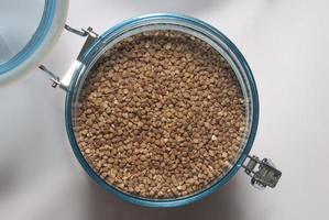 grano saraceno in contenitore per alimenti foto