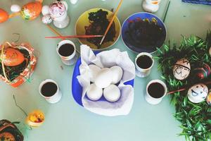 dipingere le uova per la celebrazione delle vacanze di Pasqua foto