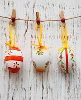 uova di Pasqua che appendono su una linea foto