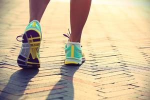 gambe di corridore giovane donna fitness pronti per un nuovo inizio foto