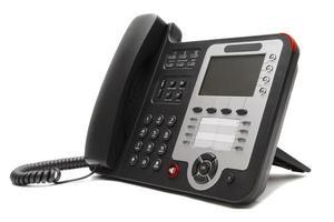 telefono nero dell'ufficio del IP isolato su priorità bassa bianca
