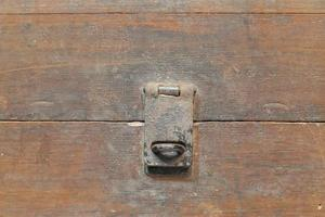 portachiavi Thailandia antica cassa di legno su uno sfondo bianco. foto