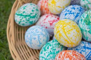 uova di Pasqua colorate in un cestino