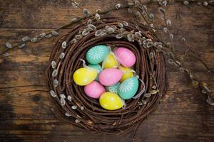 decorazione di pasqua, uova di Pasqua, ramoscelli su legno foto