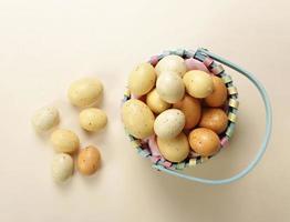 crogiolarsi con le uova di Pasqua foto