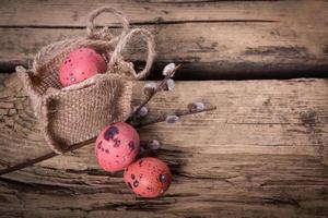 uova di Pasqua con fiori margherita gerbera foto