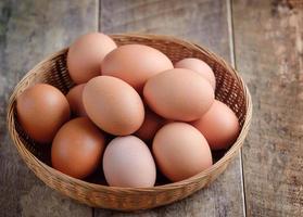 uovo di Pasqua in un cestino sul tavolo di legno foto