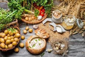 zuppa acida con uovo di quaglia e verdure fresche foto