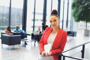 fiduciosa giovane imprenditrice con un computer portatile in ufficio foto