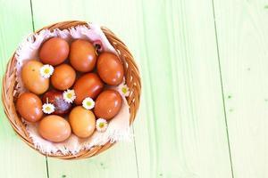 uova di Pasqua colorate su erba verde foto