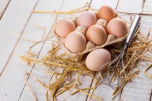uova di gallina su fondo in legno.