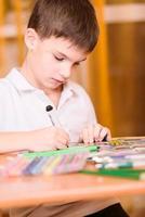 ritratto concentrato del libro da colorare del ragazzo foto