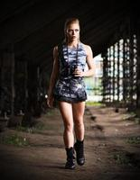 donna in uniforme con binocolo (versione scura) foto