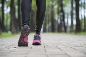 gambe di atleta corridore, esercizio di allenamento jogging corridore all'aperto foto