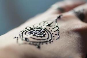 tatuaggio della mano del hennè foto