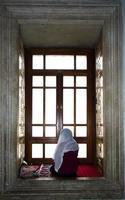 donna che prega foto