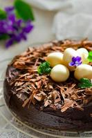 torta al cioccolato con decorazioni pasquali foto