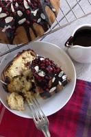 fette di torta con salsa al cioccolato, mirtilli rossi e scaglie di mandorle