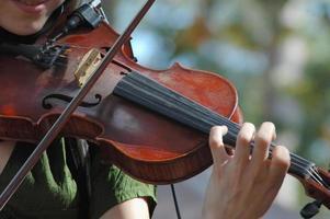 donna che suona un violino foto