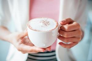 tazza di caffè della holding della donna