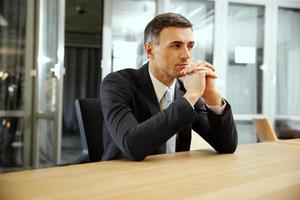 uomo d'affari seduto in ufficio foto