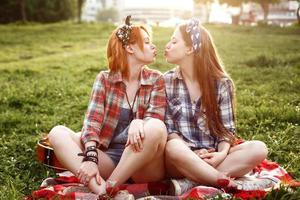 ragazze hipster vestite in stile pin up divertendosi