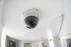 sicurezza, telecamera a circuito chiuso nell'edificio per uffici foto