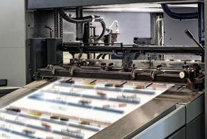 grandi macchine da stampa all'interno dell'ufficio foto