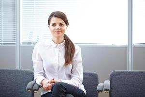 donna d'affari che lavora in ufficio foto