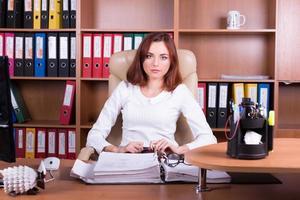 ragioniere lavora in ufficio con documenti foto