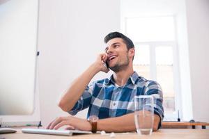 uomo d'affari che parla al telefono in ufficio foto