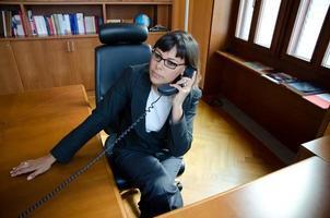 comunicazione della donna di affari con il telefono foto