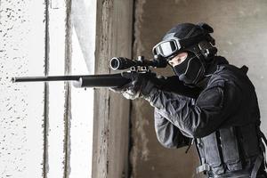 agente di polizia swat in azione foto