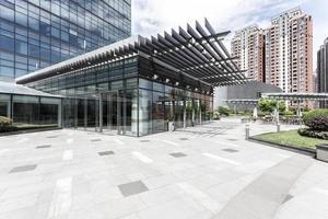 edificio per uffici nelle vicinanze strada vuota foto