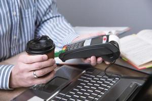 terminale di pagamento in ufficio. foto