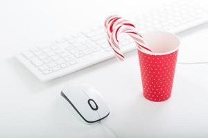 atmosfera natalizia sul tavolo dell'ufficio