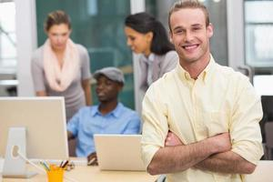 uomo d'affari sorridente con i colleghi in ufficio