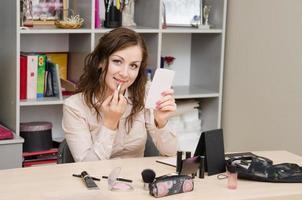 segretaria di rossetto in ufficio foto
