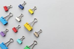clip legante - articoli per ufficio su sfondo grigio foto