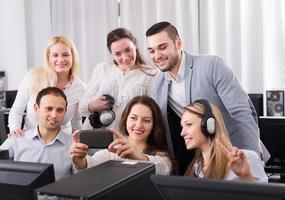 team aziendale di successo che fa selfie foto