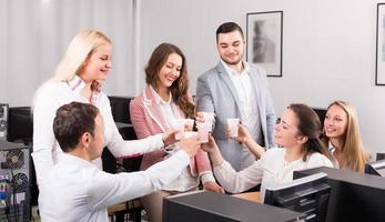 squadra di affari che celebra il primo piano del progetto foto