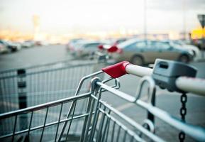 carrelli della spesa vicino al centro commerciale parcheggio outddors foto