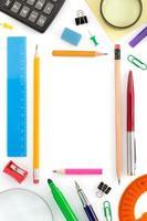 materiale scolastico su bianco