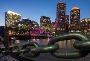skyline di Boston con porto e catena
