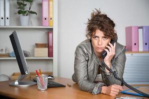 donna in ufficio guardando la telecamera foto