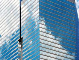 nuvole riflesse nelle finestre del moderno edificio per uffici foto