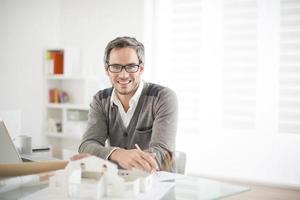 architetto che lavora al suo computer portatile in ufficio foto